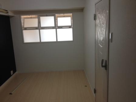 室内壁に窓を設けた、採光の取り込みやすいお部屋づくり