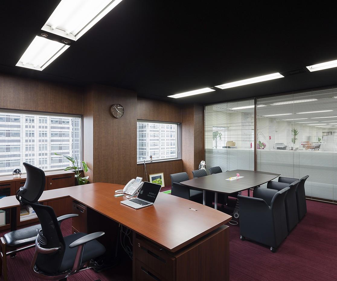 重厚感あるエントランスから遊び心も備えた会議室まで、使用感やニーズに合わせて変化していくオフィス