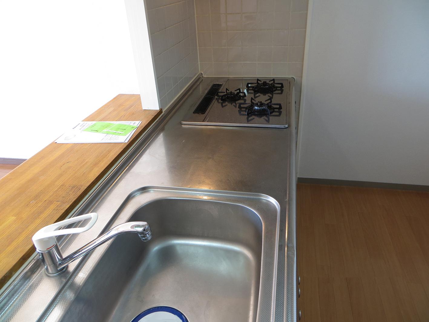 シート貼りで大変身!キッチン天板をステンレスから大理石調へイメージチェンジ・空室対策前