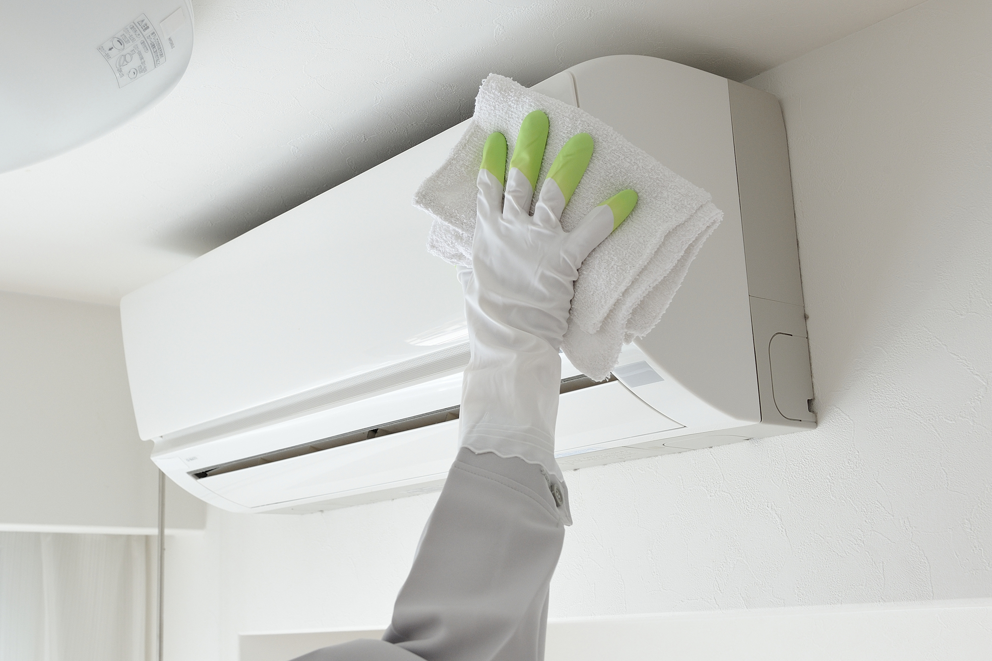 エアコンを掃除しよう!フィルターの手入れから内部クリーニングまで